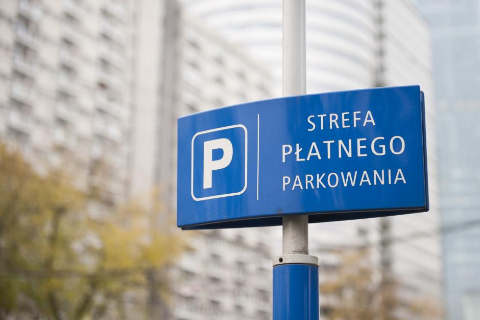 Oni mogą parkować w Warszawie za darmo