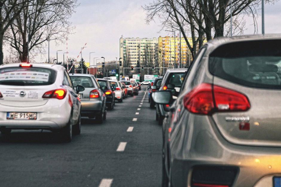Korków na stołecznych drogach nie ma, ale wzrost natężenia ruchu jest wyraźny (fot. Pixabay)