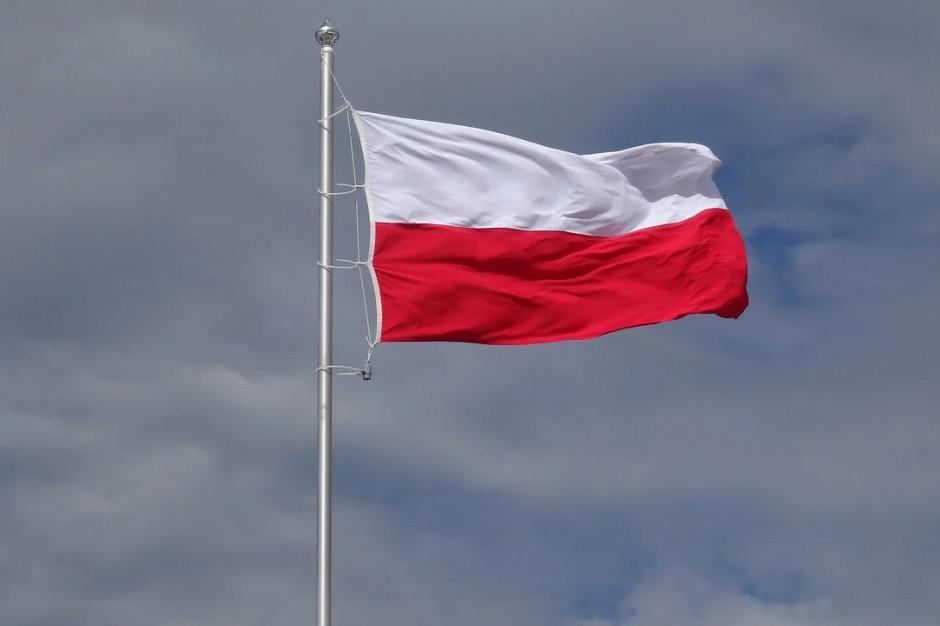 Dzień Flagi: iluminacje, biało-czerwona na ulicach i symboliczne oficjalne uroczystości