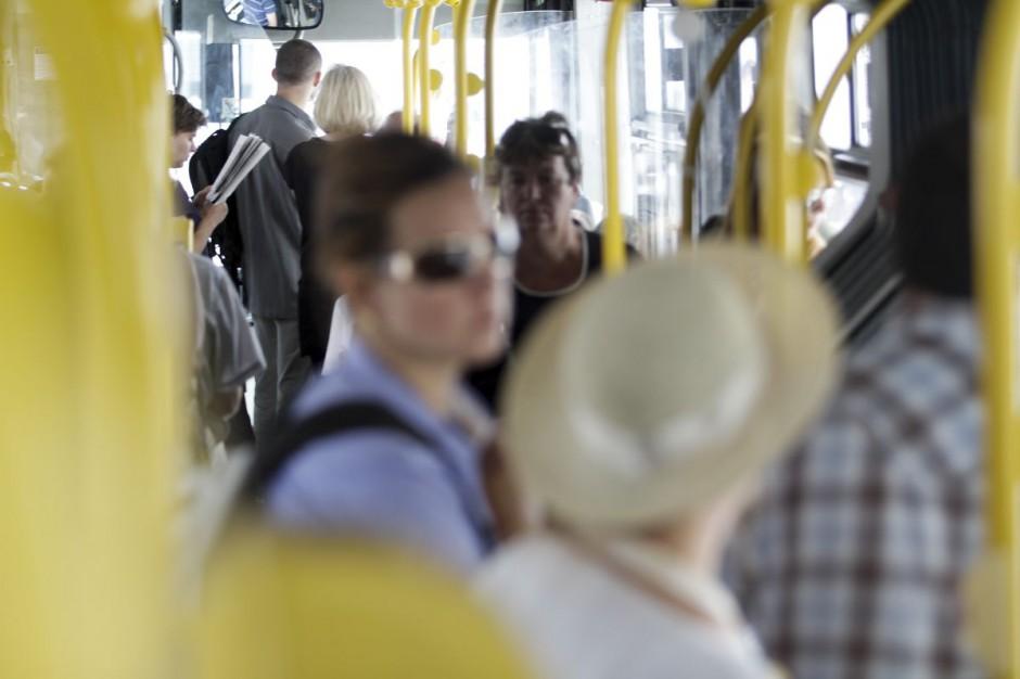 Zdaniem IGKM nagłe i znaczne zwiększenie limitów doprowadziłoby do niebezpiecznego zagęszczenia pasażerów w pojazdach komunikacji publicznej (fot. PTWP / Paweł Pawłowski)