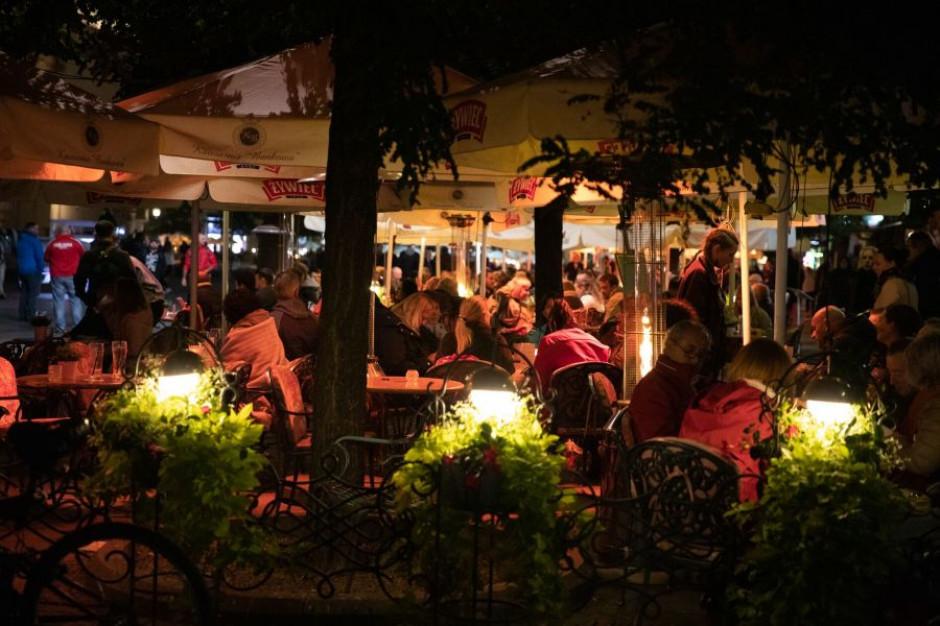Duże miasta obniżają opłaty właścicielom ogródków gastronomicznych
