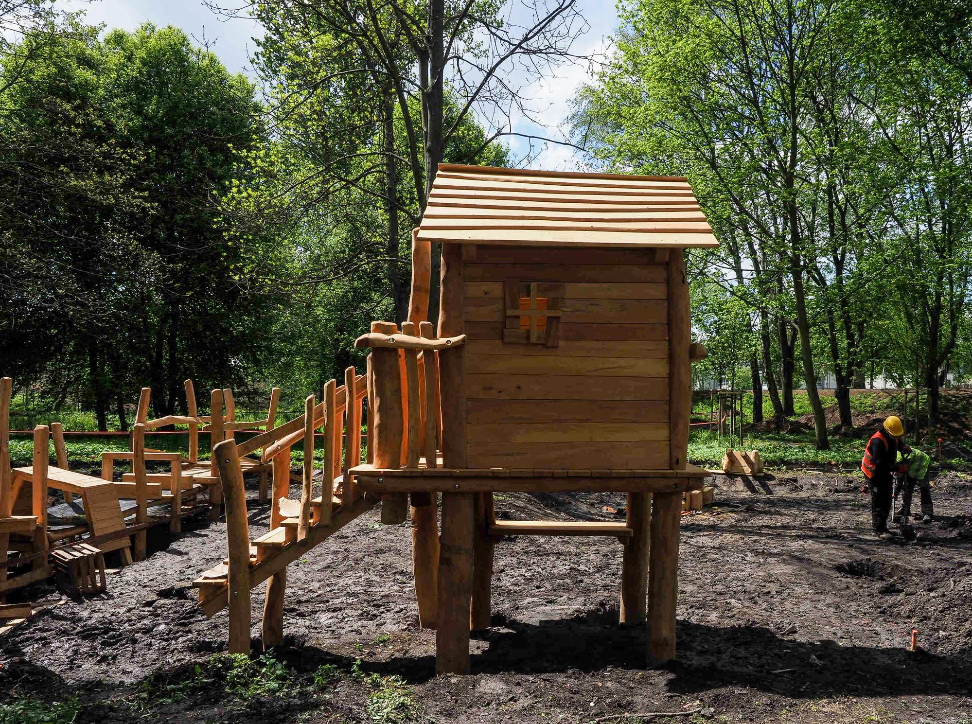 Plac z drewnianych bali nabiera kształtów (fot. UML)