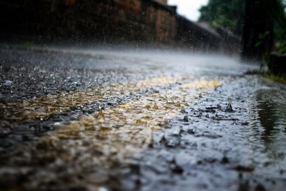 IMGW ostrzega. Intensywne opady deszczu w ośmiu województwach