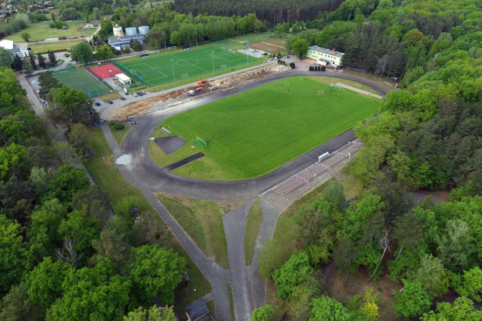 W najstarszym parku w Śremie powstaje nowoczesny stadion