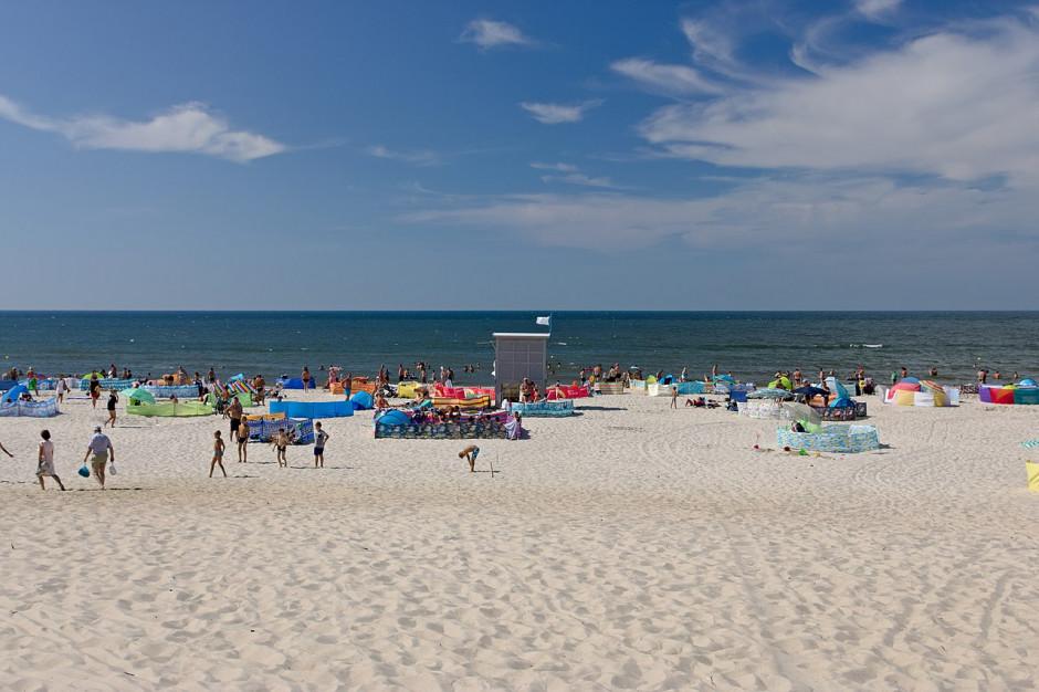 Tłumy na plażach. Samorządy robią, co mogą, by nie trafić na listę zagrożonych stref