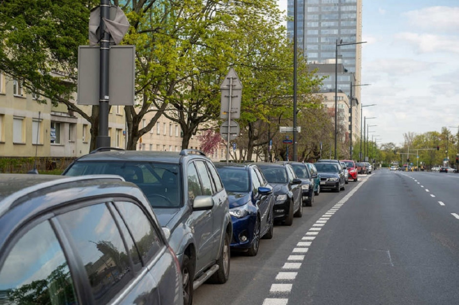 Więcej miejsca dla pieszych przez wirusa. Miasta przenoszą parkowanie na jezdnie