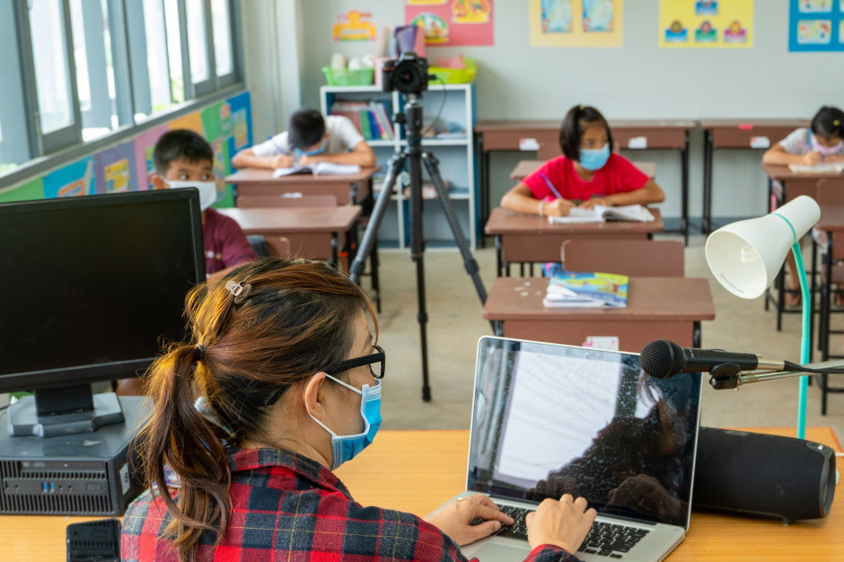 Dyrektorzy szkół: Funkcja wychowawcza w okresie epidemii trudna do realizacji
