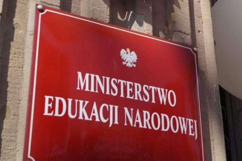 MEN apeluje do uczniów, by nie gromadzili się przed szkołą przed i po egzaminie