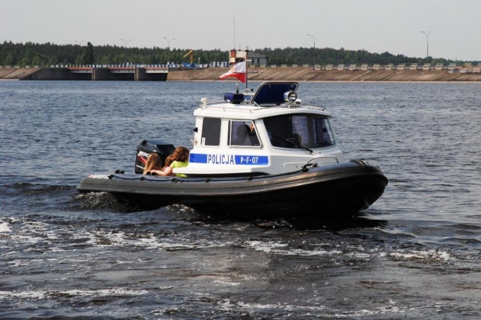 Policjanci uratowali dwóch surferów i żeglarzy na Zalewie Sulejowskim