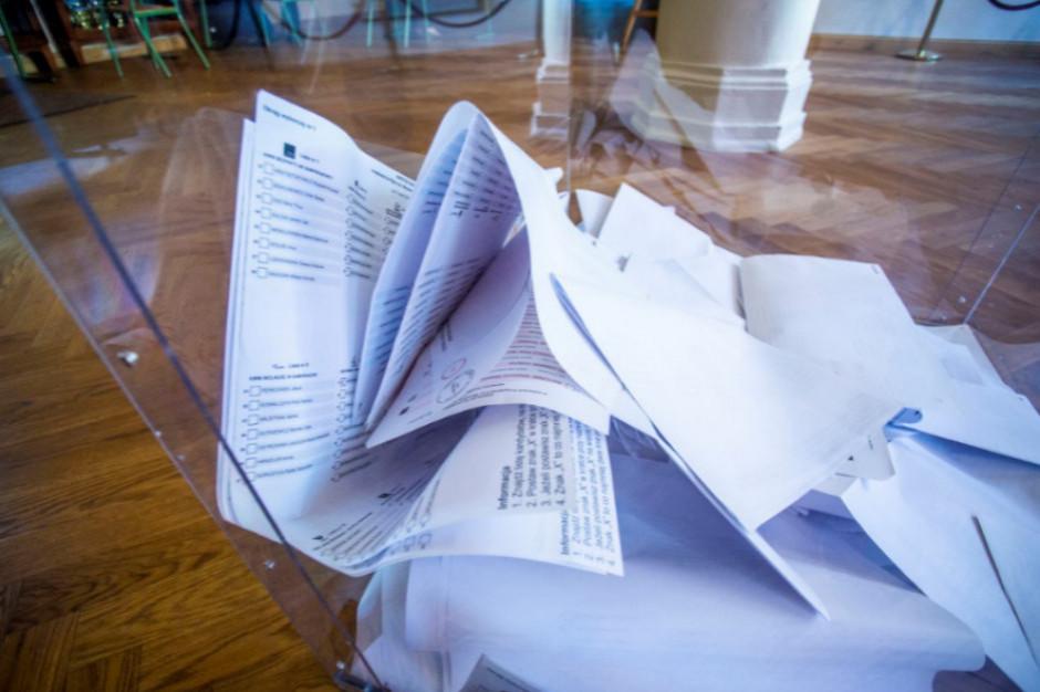 Łódź: Zaczyna brakować kart do głosowania, trwa ich dowożenie do komisji