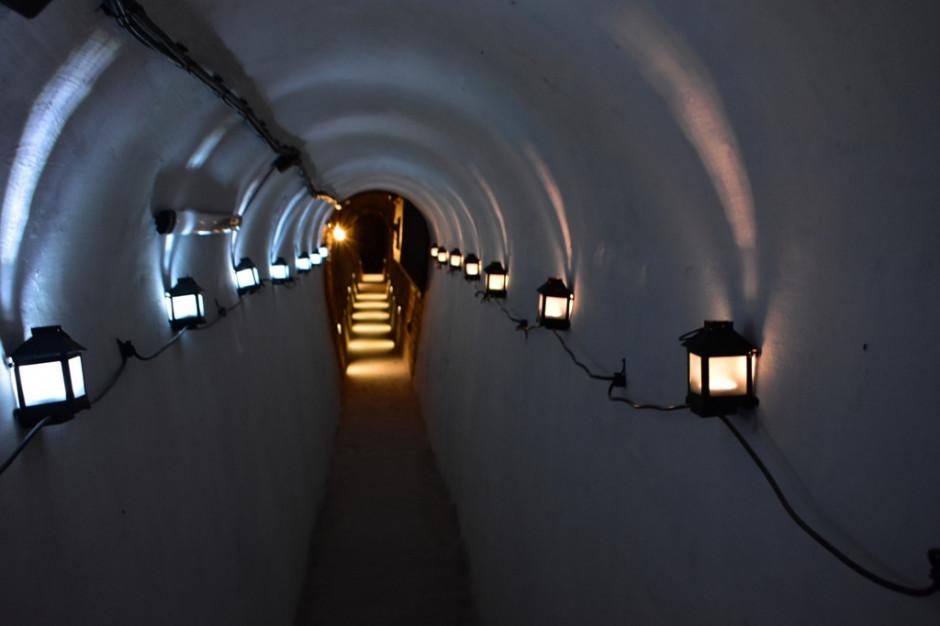 """Można już zwiedzać tunele pod zamkiem w Oświęcimiu. Trasa: """"Gra o Niepodległą"""""""