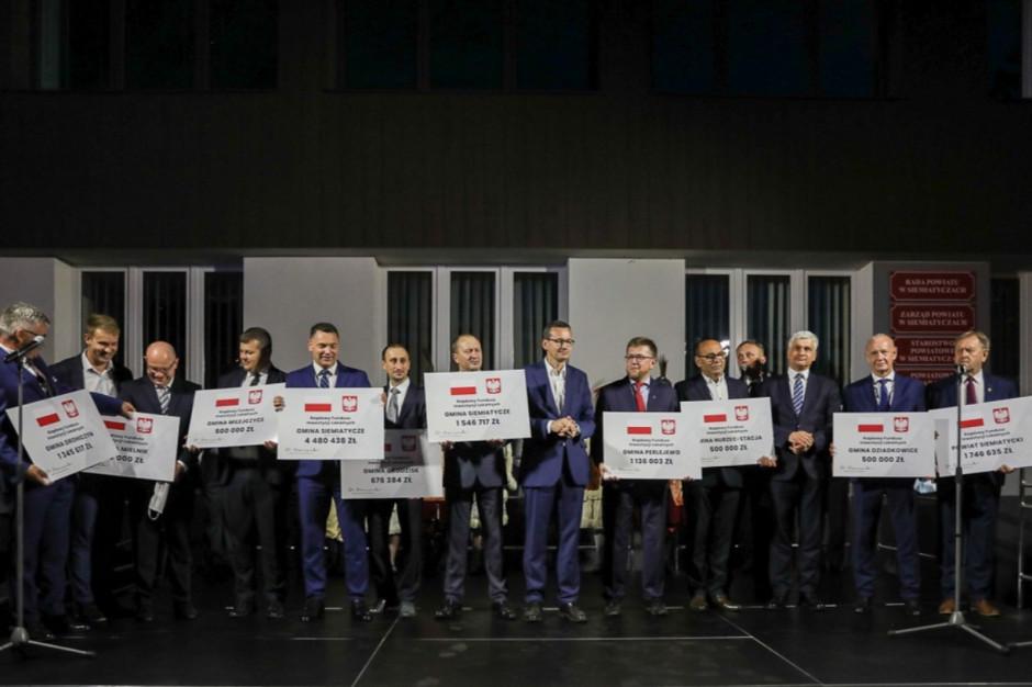 Premier przekazał czeki samorządom ze wschodniego Mazowsza