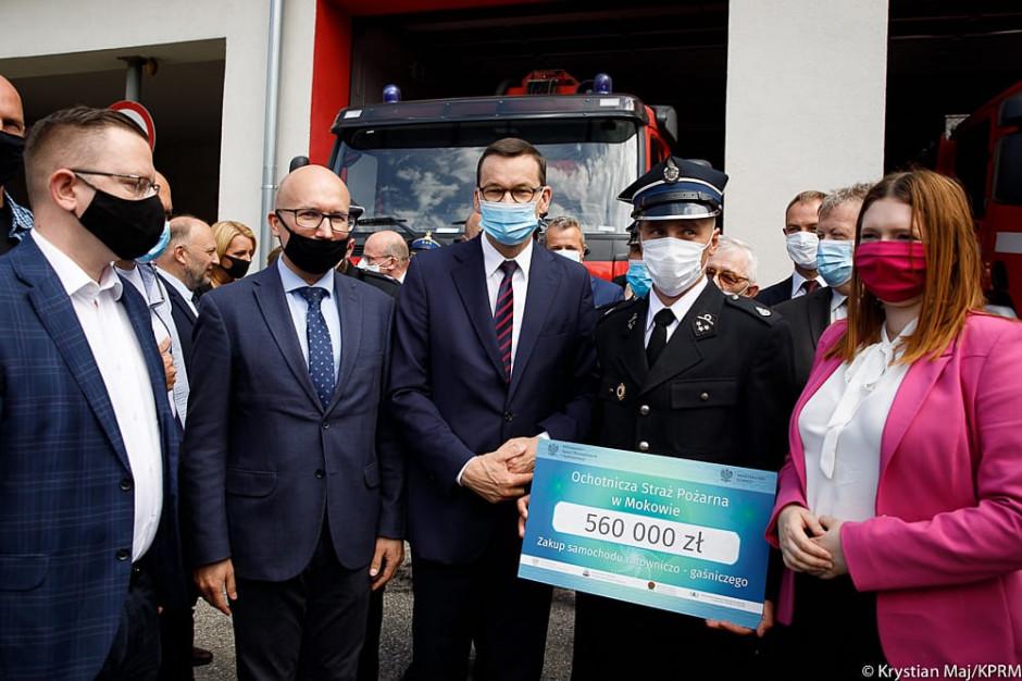 Grudziądz: Premier wręczył promesy na wozy strażackie dla OSP