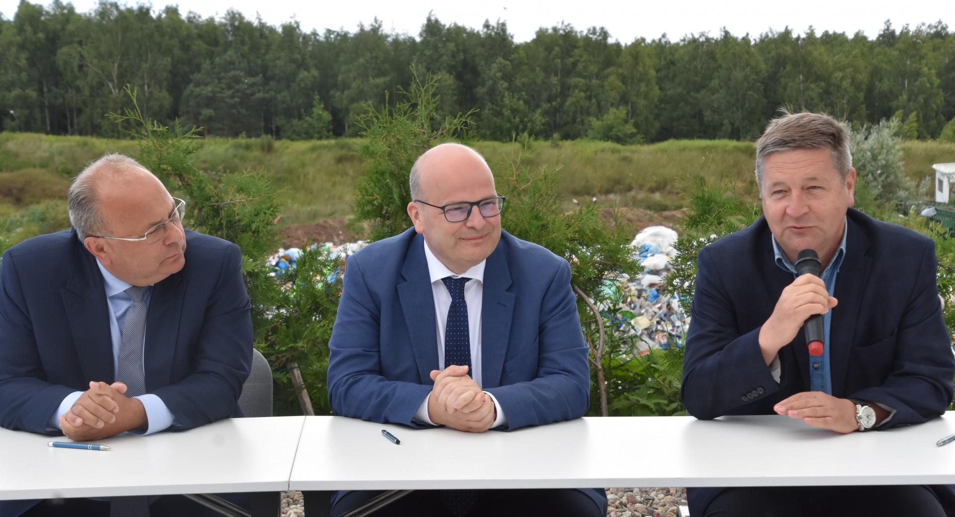 Ze strony OPEC GRUDZIĄDZ podpis pod porozumieniem złożył prezes Marek Dec, a w imieniu Miejskich Wodociągów i Oczyszczalni prezes Tomasz Pasikowski. W podpisaniu porozumienia uczestniczył prezydent Grudziądza Maciej Glamowski (fot.grudziadz.pl)