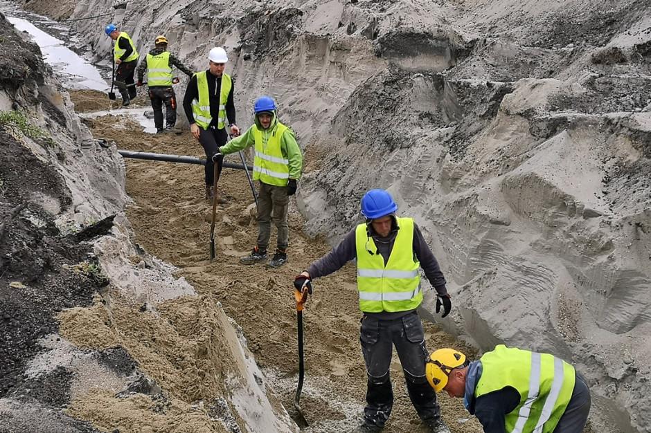 Chińczycy rozkładają na części maszynę, która wydrąży tunel pod Świną
