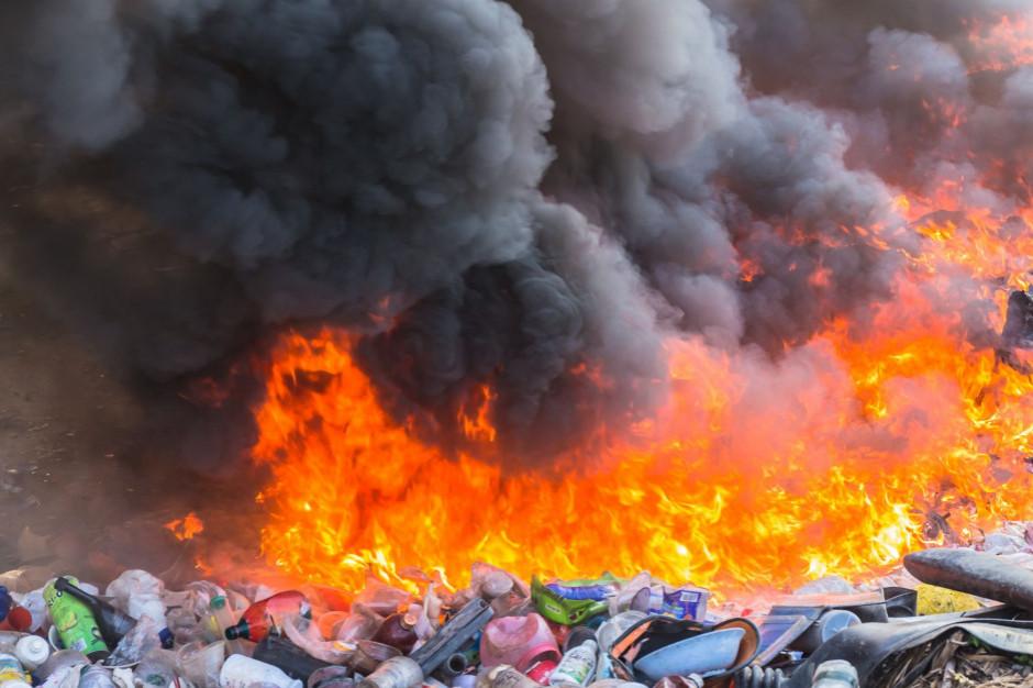 Łódzkie: Pożar składowiska odpadów w Kutnie