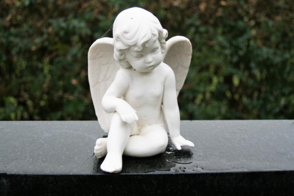 Rodzinny pogrzeb dziecka martwo urodzonego. Pomogą przejść tragedię