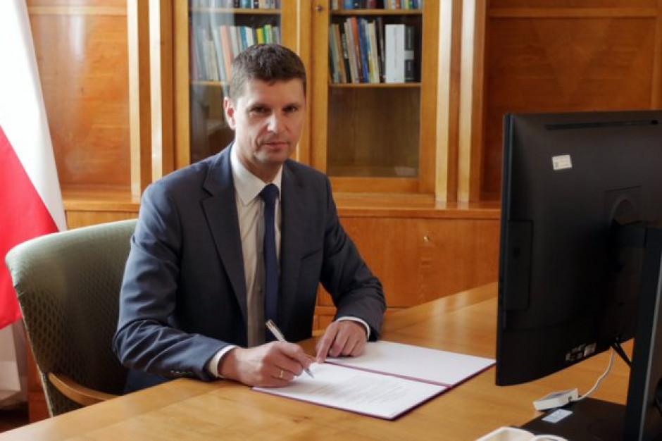 ZNP krytykuje wytyczne dla szkół. Dariusz Piontkowski odpowiada