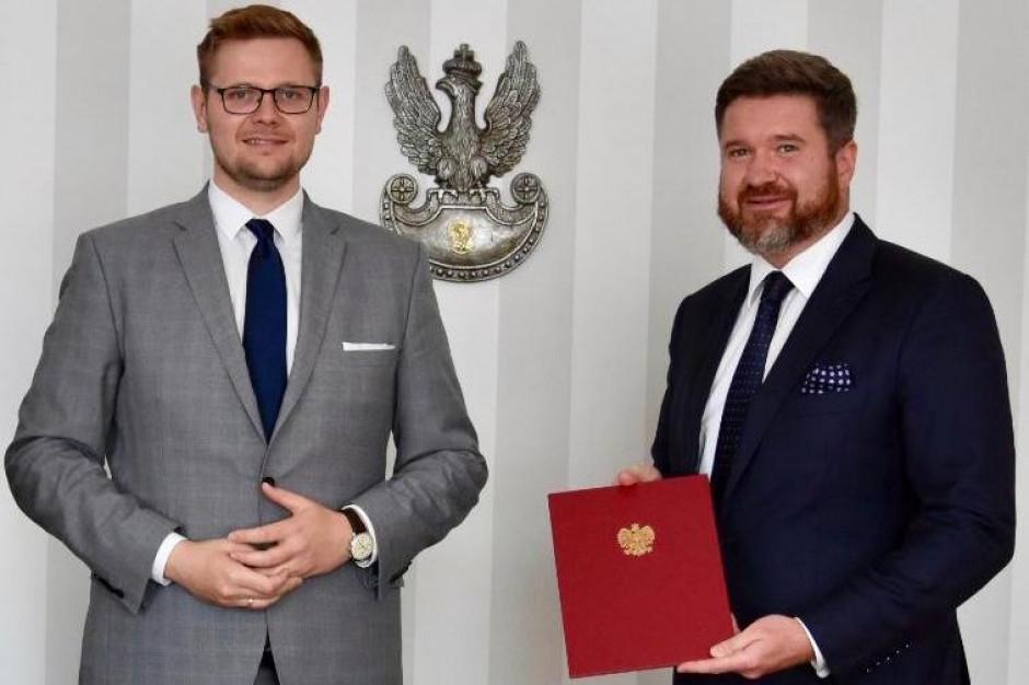 Norbert Lenkiewicz otrzymał nominację na głównego geologa z rąk ministra środowiska Michała Wosia. Fot. ms.gov.pl