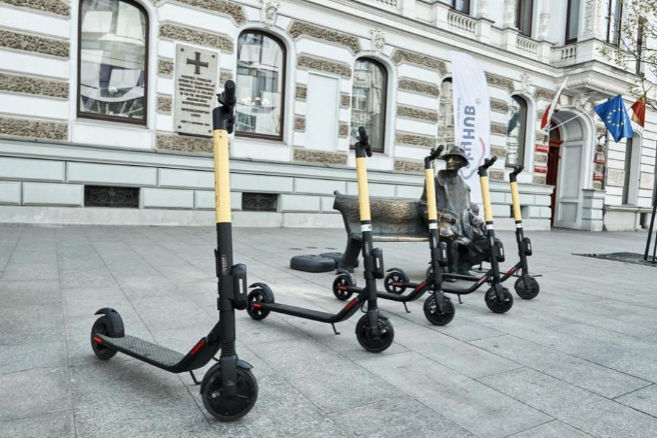 Poruszanie się e-hulajnogą po chodniku. Oto resortowe propozycje