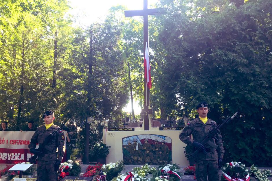 Minister obrony odsłonił w Kobyłce tablicę upamiętniającą poległych w 1920 r.
