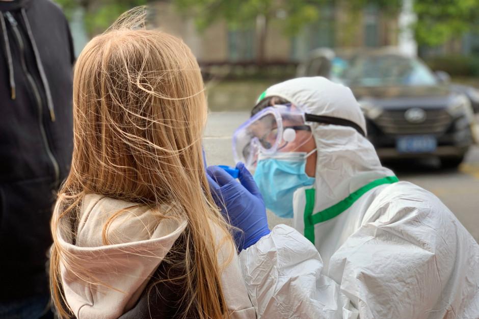 Posłowie: masowe testowanie uczniów na koronawirusa uchroni przed lawiną zakażeń