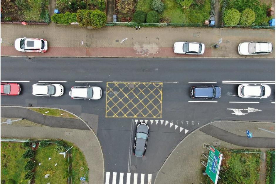 Specjalne linie na skrzyżowaniach sprawdziły się. Wrócą na stałe