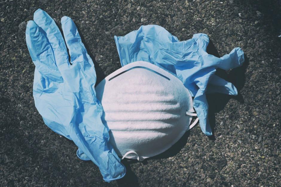Badanie: przyłbice i maski z zaworami niewystarczająco zatrzymują koronawirusa