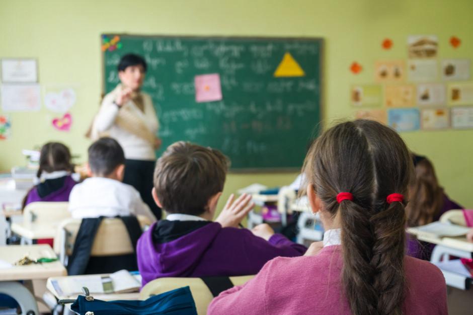 """Sondaż dla RMF FM i """"DGP"""": 3/4 Polaków pozytywnie ocenia decyzję o powrocie do szkoły"""