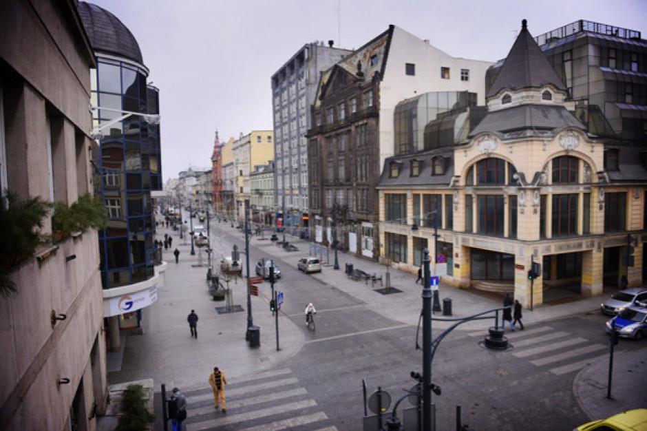 Chwiejąca się wieżyczka kamienicy powodem zamknięcia ulicy w centrum Łodzi