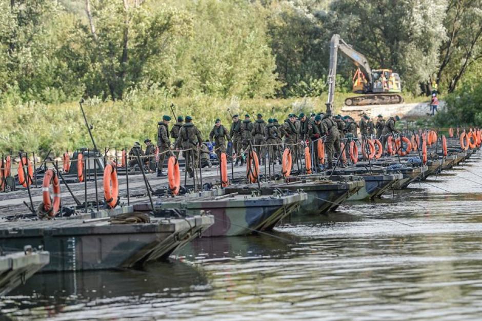 Awaria oczyszczalni w Warszawie. 50 żołnierzy przypilnuje mostu pontonowego
