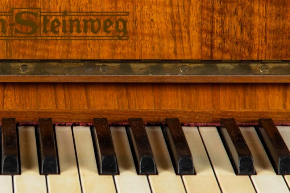Samorząd Sosnowca wylicytował pianino i wieczne pióro, należące przed laty do Szpilmana