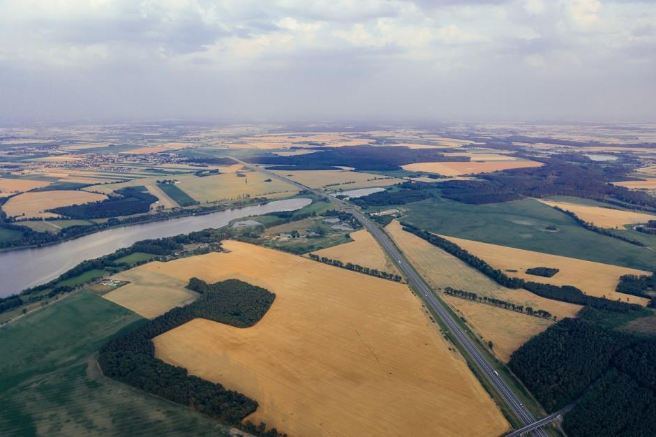 """Gospodarstwa rolne """"poszatkowane"""" autostradami. Ważna rola samorządów"""