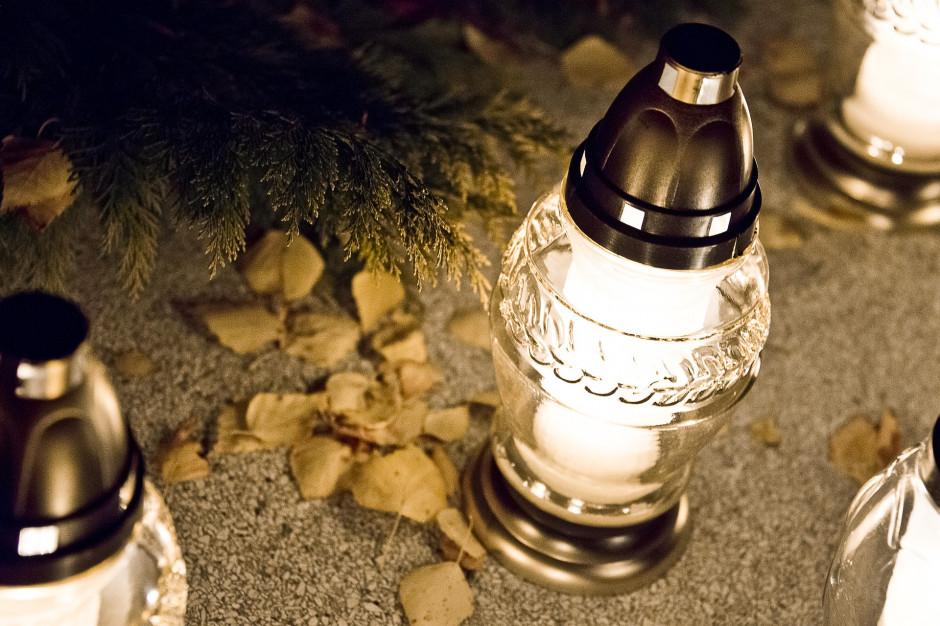 Łódź: Na grobach bezdomnych i samotnych zapłoną znicze