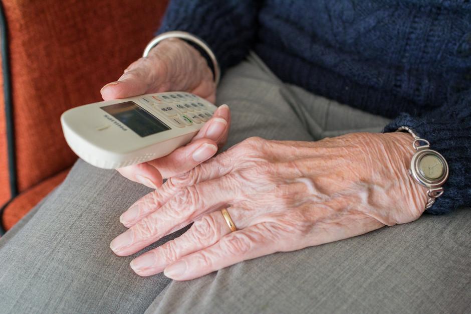 Seniorzy zostający w domach mogą uzyskać pomoc poprzez darmową infolinię