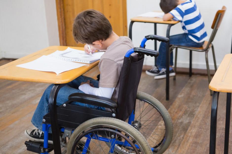 Dowożenia niepełnosprawnych dzieci do szkół. Bywają umowy poza kontrolą