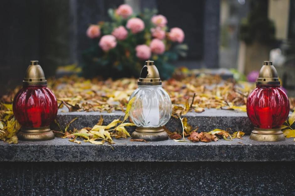 Śląskie: Na cmentarzach wiele kwiatów, większość jeszcze sprzed soboty