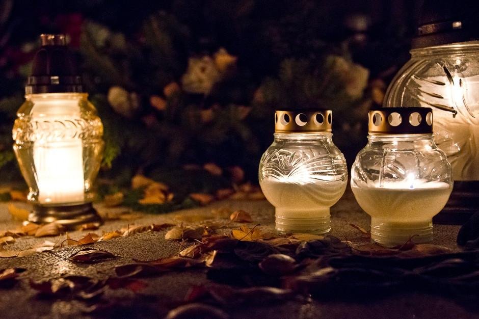 Wielkopolskie: Po otwarciu cmentarzy - bez tłoku, sprzedawcy kwiatów i zniczy liczą straty