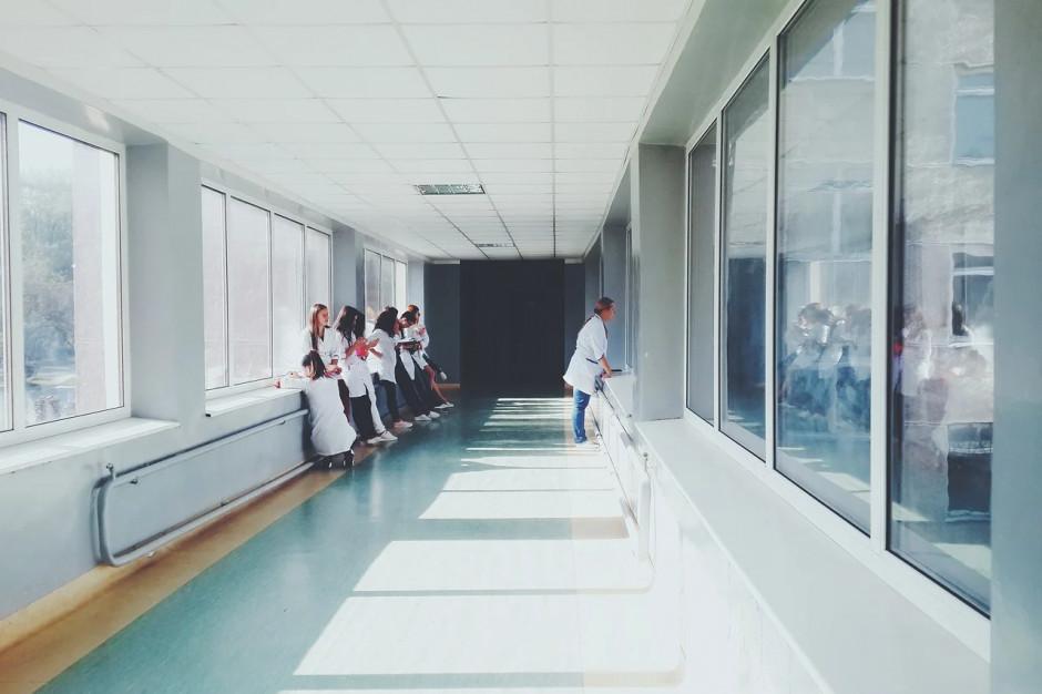 Wrocław: W szpitalu tymczasowym potrzebnych jest 900 pracowników
