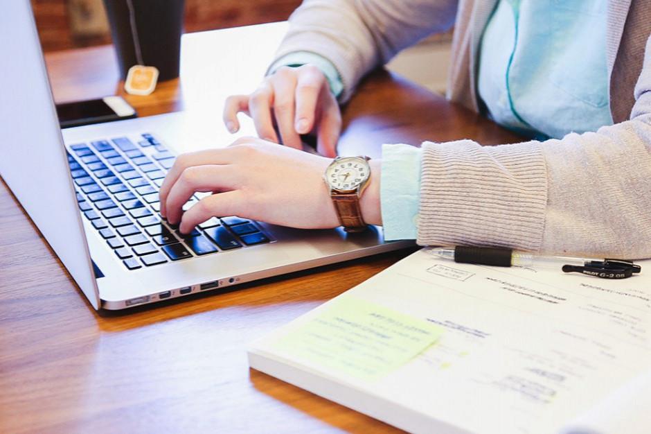 Rośnie popularność e-usług. 7 na 10 Polaków załatwia sprawy urzędowe online