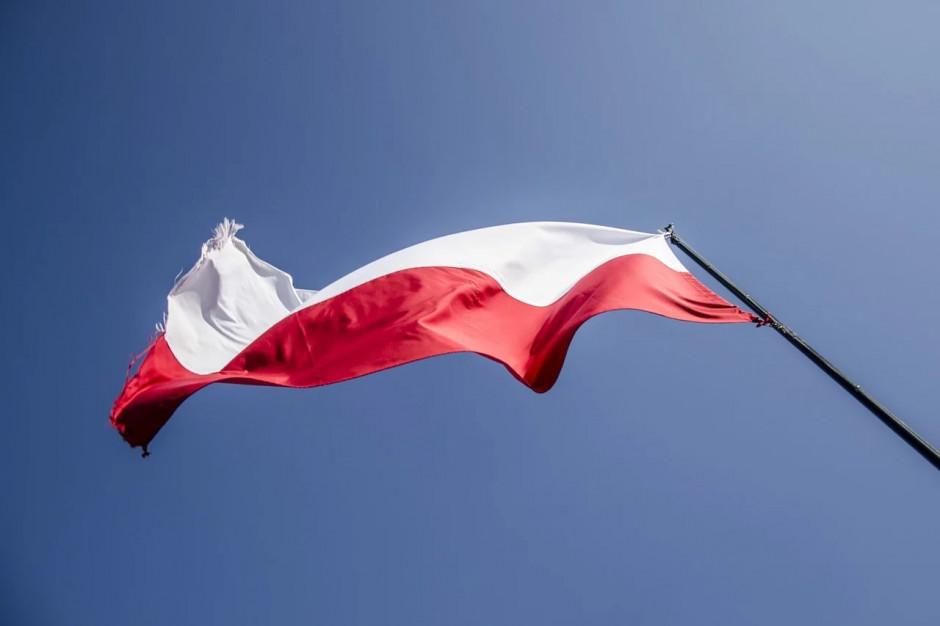 Którym gminom rząd sfinansuje maszty na flagi? Walka o głosy na finiszu