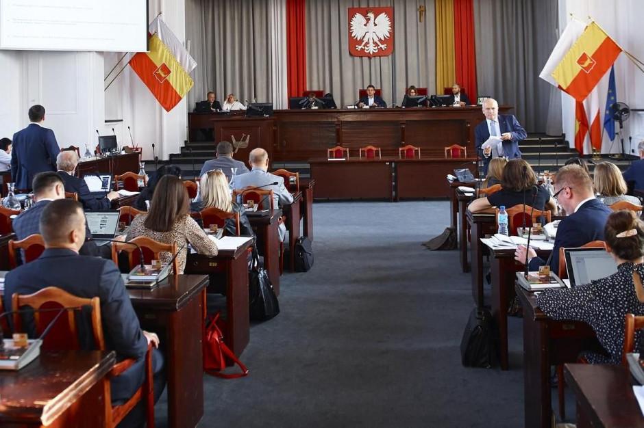 Przewodniczący rady miasta chce uprawnień do wykluczania radnych z sesji