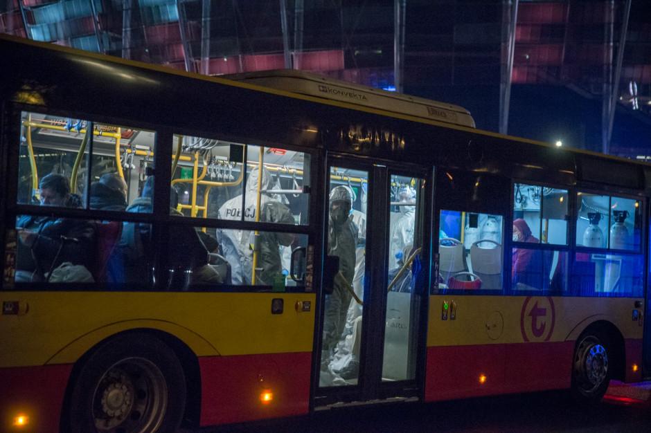 Warszawa: Autobus tlenowy przewiózł pierwszych pacjentów do szpitala na Stadionie PGE Narodowy