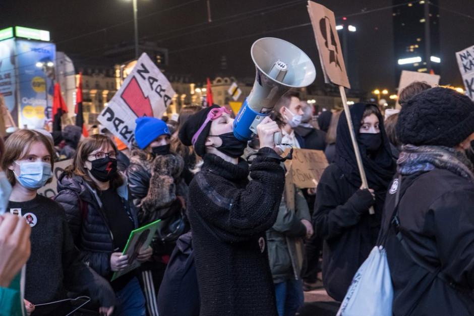 Demonstracje pod Sejmem. Policja miała obowiązek poinformować samorząd o zamknięciu ulicy