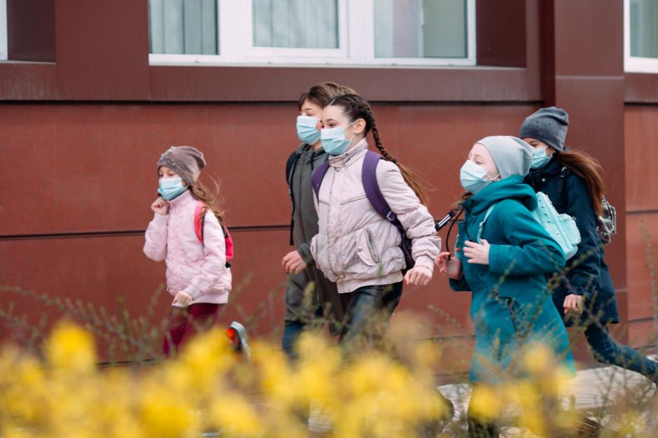 Po feriach uczniowie klas 1-3 wracają do szkół. Pozostałe obostrzenia zostają