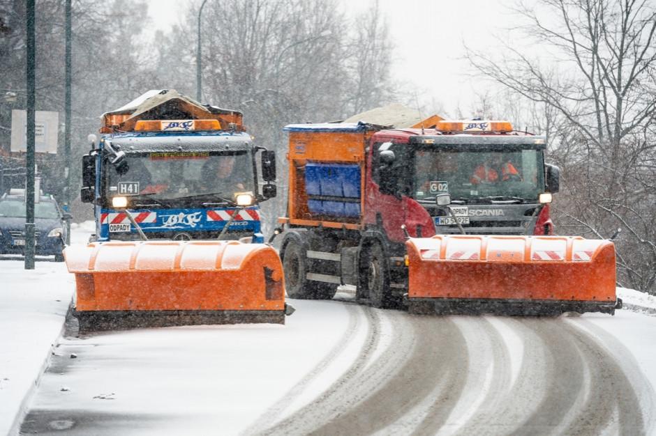 Warszawa: 42 posypywarki na ulicach stolicy w czasie intensywnych opadów śniegu