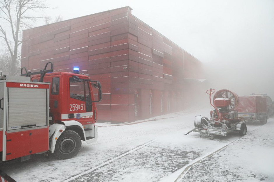 Strażacy nadal gaszą archiwum krakowskiego urzędu miasta