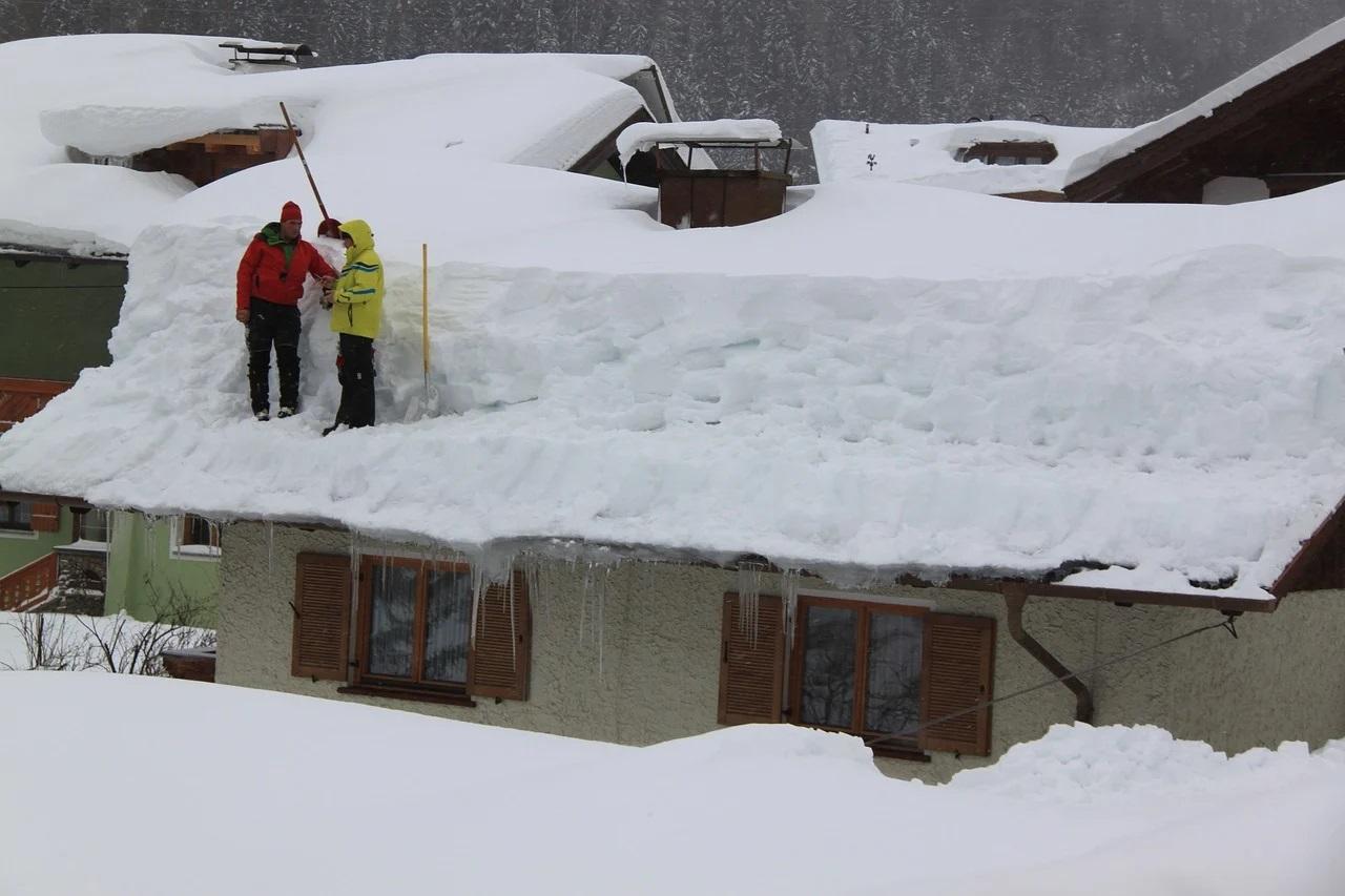 Odśnieżanie dachu to ważna sprawa, zarówno w przypadku własnego domu, jak i obiektów wielkopowierzchniowych (Fot. pixabay.com)