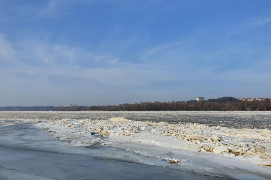 Wody Polskie: Przemieścił się lód zalegający na Wiśle. Zagrożenie podtopieniami