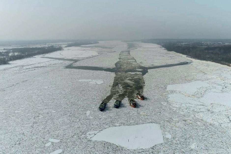 Lodołamacze przebiły się przez zator lodowy na Wiśle między Dobrzykowem a Kępą Polską